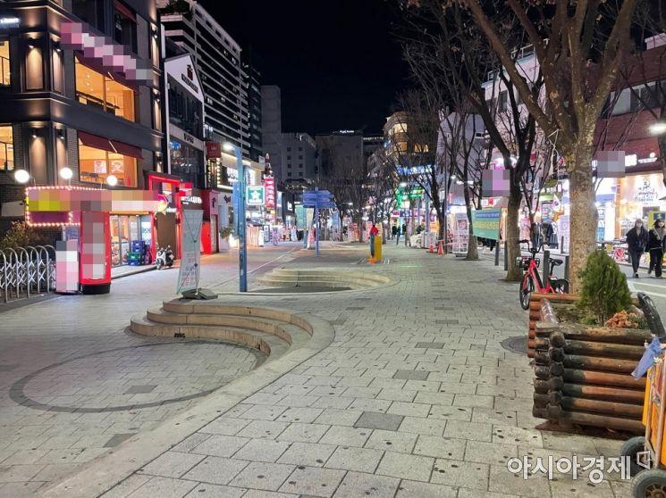 2021학년도 대학수학능력시험이 치러진 3일 오후 7시30분께 서울 마포구 홍대 인근 거리가 평소보다 한산한 모습을 보이고 있다. 사진=김수환 수습기자 ksh2054@