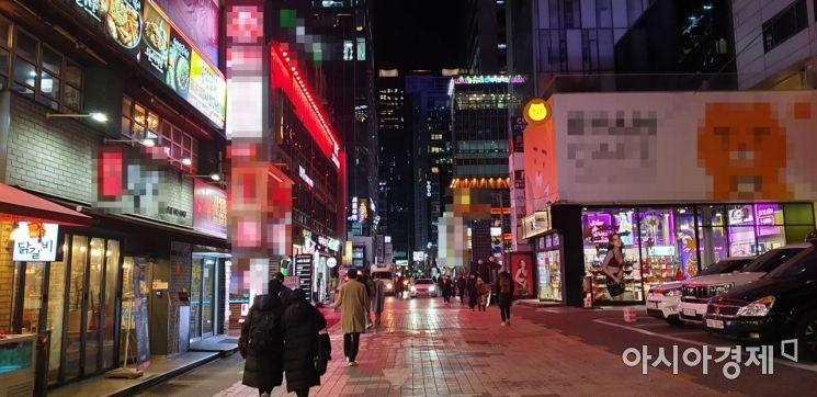 2021학년도 대학수학능력시험이 치러진 3일 오후 7시30분께 서울 강남역 인근 거리가 평소보다 한산한 모습을 보이고 있다. 사진=류태민 수습기자 right@