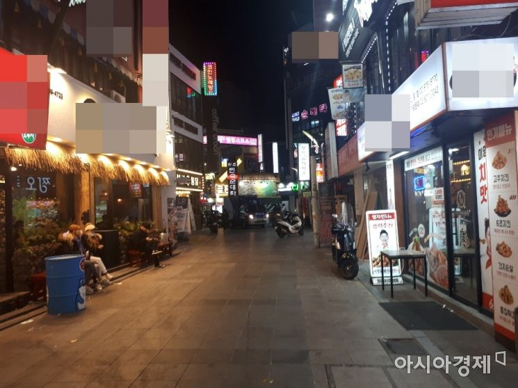 2021학년도 대학수학능력시험이 치러진 3일 오후 7시30분께 서울 관악구 신림역 순대타운 인근 거리가 평소보다 한산한 모습을 보이고 있다. 사진=공병선 수습기자 mydillon@