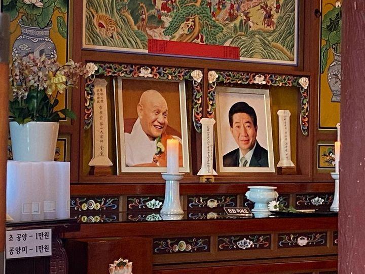 추미애 법무부 장관이 3일 게재한 양양 낙산사 보타전의 노무현 전 대통령 영정사진(오른쪽). / 사진=추미애 페이스북 캡처