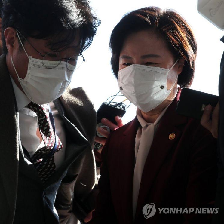 추 장관이 3일 정부과천청사 법무부에 도착, 건물 안으로 들어가고 있다. / 사진=연합뉴스