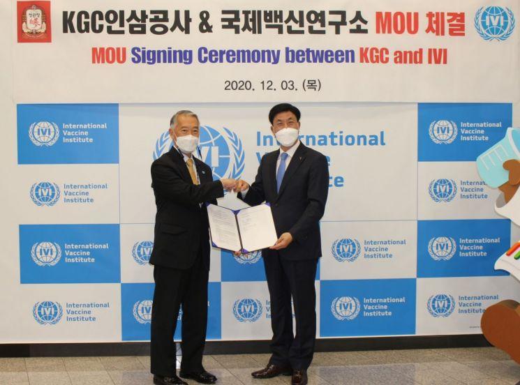 제롬 김 국제백신연구소(IVI)의 사무총장(왼쪽)과 김재수 KGC인삼공사 사장이 양해각서를 교환한 후 기념촬영을 하고 있다.