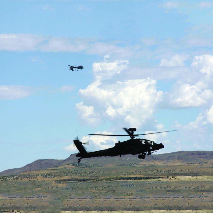 아파치 헬기와 임무를 수행 중인 MQ-1C(USAASC)