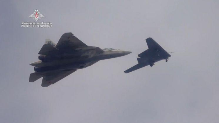 Su-57 전투기와 비행 중인 S-70 무인전투기(MoD Russia)
