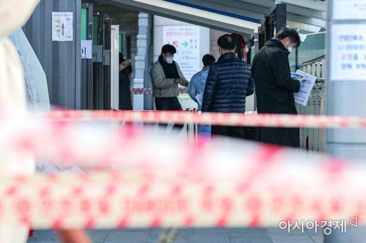 신종 코로나바이러스감염증 확진자가 629명 발생하며 9개월만에 첫 600명대로 진입한 4일 서울 용산구보건소에 마련된 선별진료소를 찾은 시민들이 검사를 기다리고 있다./강진형 기자aymsdream@