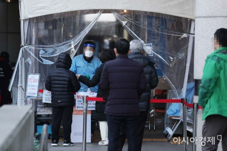 서울 동작구보건소 코로나19 선별진료소에서 시민들이 검사를 받기 위해 대기하고 있다. /문호남 기자 munonam@