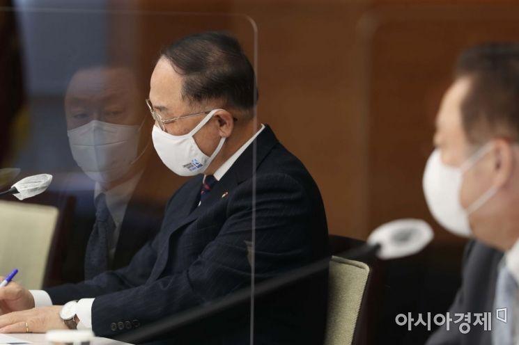 [포토]박용만 회장 발언 듣는 홍남기 부총리