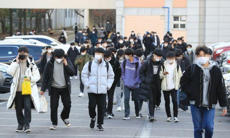 2021학년도 대학수학능력시험일인 3일 오후 시험을 끝낸 수험생들이 시험장을 나서고 있다. / 사진=연합뉴스