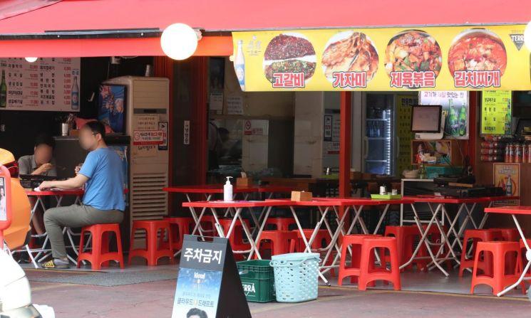 서울의 한 음식점이 한산한 모습을 보이고 있다. [이미지출처=연합뉴스]