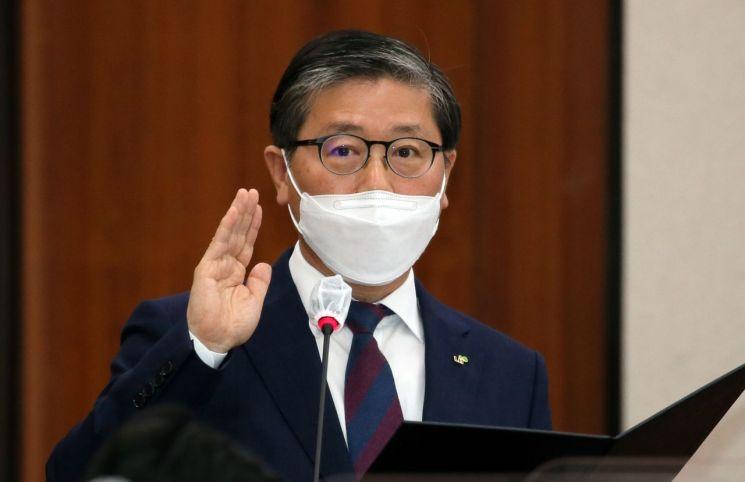 변창흠 한국토지주택공사(LH) 사장이 10월8일 국회에서 열린 LH 국정감사에서 선서를 하고 있다. (사진=연합뉴스)