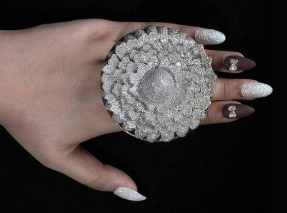 인도서 1만2천638개 다이아몬드로 반지를 제작해 기네스 기록을 세웠다. 사진출처 = 연합사진
