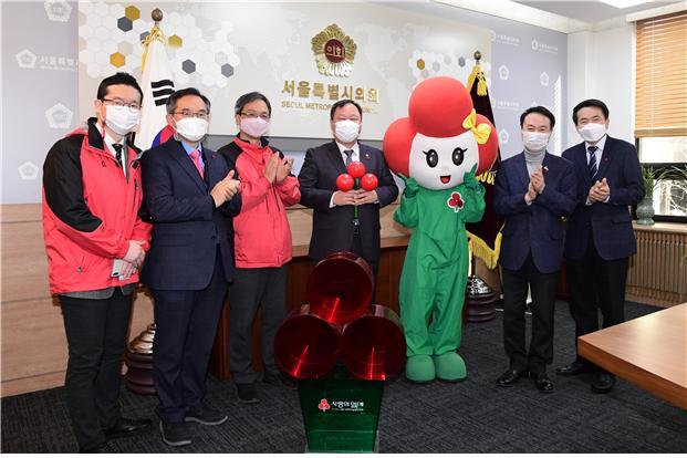 [포토]김인호 서울시의회 의장, 서울사회복지공동모금회에 이웃사랑 성금 전달