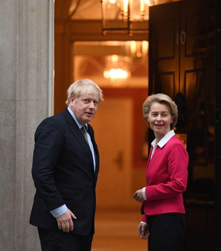 보리스 존슨 영국 총리(왼쪽)와 우르줄라 폰데어라이엔 EU 집행위원장 [이미지출처=EPA연합뉴스]