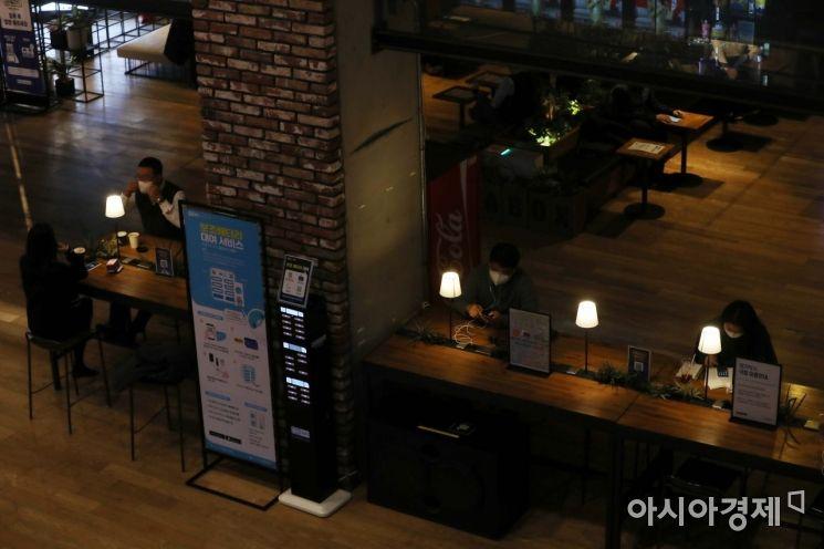 정부의 수도권 사회적 거리두기 2.5단계 격상 시행을 하루 앞둔 7일 서울 시내 한 영화관이 평소보다 한산하다. /문호남 기자 munonam@