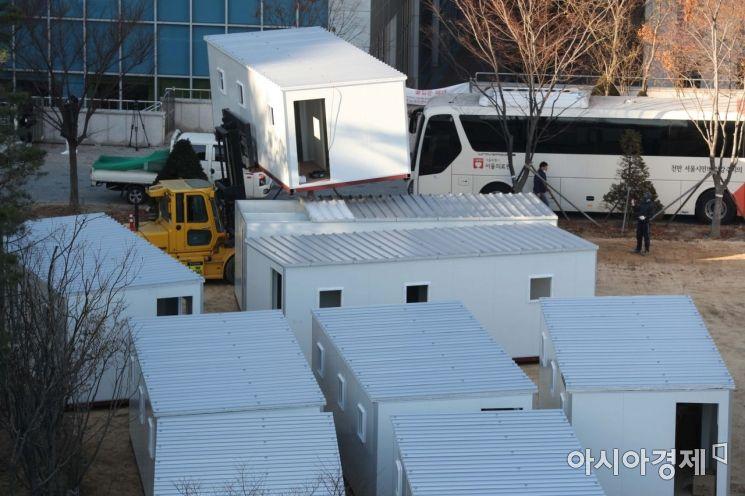 포토]분주한 '컨테이너 임시 병상' 작업 현장 - 아시아경제