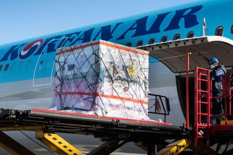 대한항공 근로자가 지난해 12월 암스테르담행 KE925편으로 코로나 백신 원료 약 800kg을 탑재하고 있다.