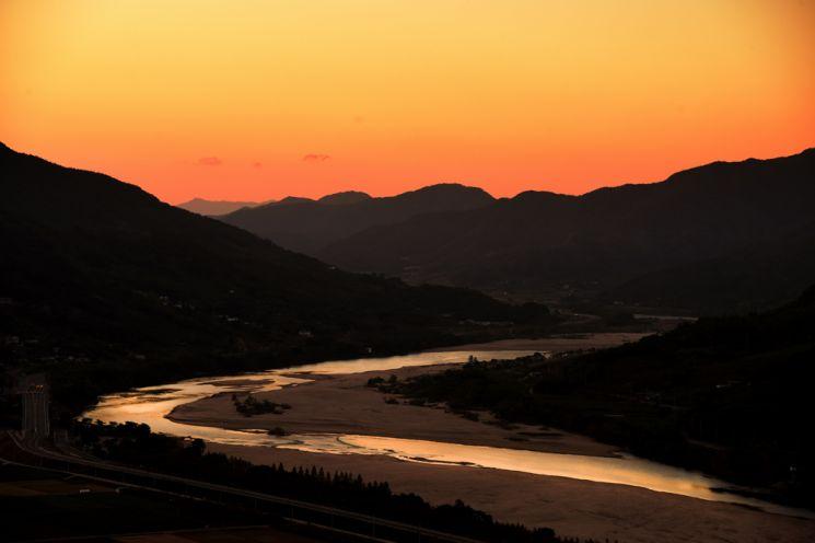 섬진강을 불게 물들이며 아침해가 뜨고 있다