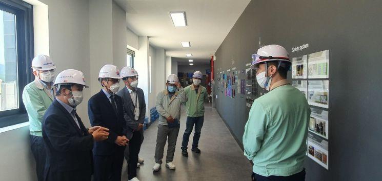 한국가스안전공사가 지난 6월 반도체 소재인 불화수소 생산 전문기업 솔브레인을 방문했다. 일본 수출규제 장기화에 따른 현장 애로사항을 청취하고 업계 지원 종합대책 이행사항을 점검했다.(사진제공=한국가스안전공사)