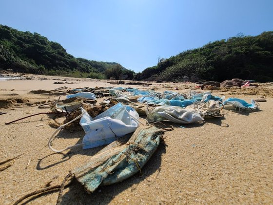 해안가에 널브러진 마스크 쓰레기들. 사진출처 = 오션스 아시아