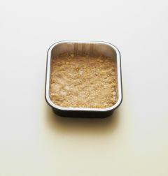1. 다이제스티브를 잘게 부수어 녹인 버터, 달걀노른자와 섞어 사각틀에 평평히 채운다.
