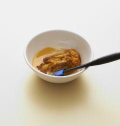2. 단호박, 연유 100g, 달걀, 시나몬 파우더, 연유, 소금을 넣고 섞어 사각틀에 채운다.