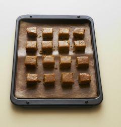3. 160℃로 예열한 오븐에 30분 정도 구워 한김 식힌 다음 작은 사각형으로 자른다.