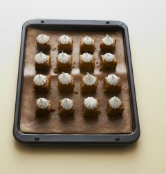 6. 머랭을 짤주머니에 담아 잘라놓은 타르트에 짜서 토치로 한 번 굽는다.