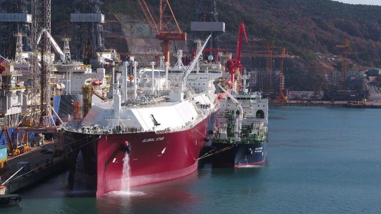 LNG운반선에 LNG를 싣고 있는 모습. LNG선박은 대표적인 고부가 선박으로 한국 조선소에서 대부분 건조한다.<이미지출처:연합뉴스>