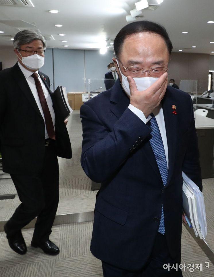 [포토]브리핑 마친 홍남기 경제부총리
