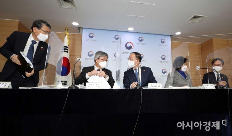 [포토]이재갑 장관과 대화하는 홍남기 경제부총리