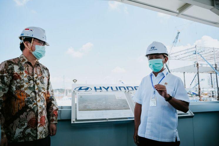 지난 4월17일(현지시간) 바흐릴 라하달리아 인도네시아 투자조정청장(오른쪽)이 브카시 델타마스 공단의 현대자동차 공장 건설 현장을 방문해 이영택 현대차 아태권역본부장과 대화하고 있다.(이미지 출처=연합뉴스)