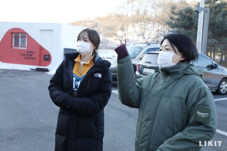 라이킷X카라, 유기동물에 전한 따스한 손길…'댕댕투개더' 캠페인