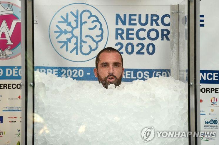 프랑스 한 남성이 소아암 환자를 위한 기금을 마련하겠다며 얼음 속에서 2시간 반 이상 견뎌 세계 신기록을 세웠다. 사진출처 = 연합뉴스