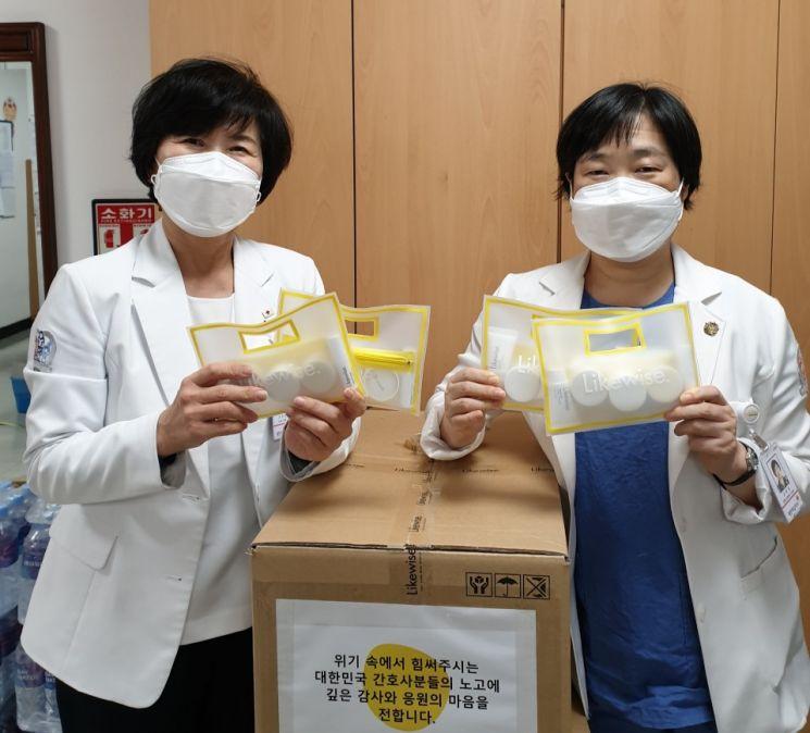 라이크와이즈가 대한간호협회에 기초화장품을 기증했다.
