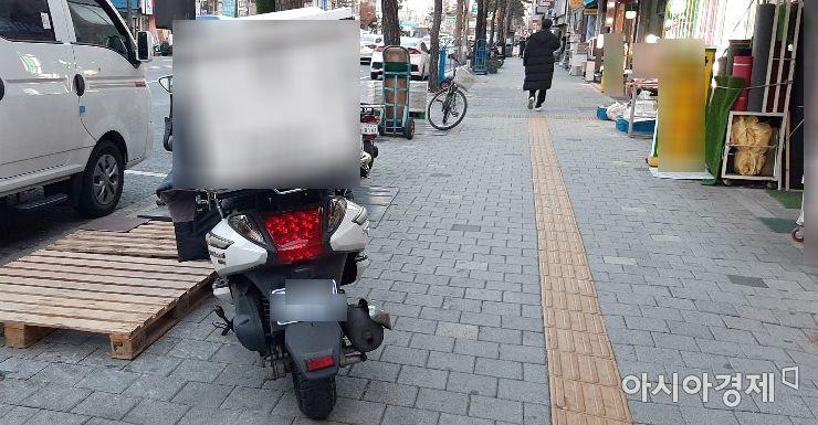"""[배달유감]""""헬멧 안쓰고, 번호판 가리고""""…시민 한명이 1900건 신고"""