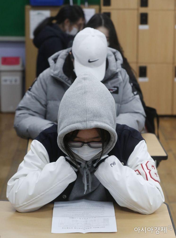 23일 서울 성동구 무학여자고등학교에서 수험생들이 2021학년도 대학수학능력시험 성적표를 확인하고 있다./사진공동취재단
