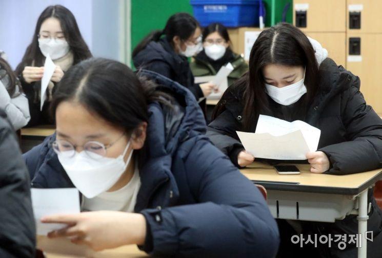 지난해 12월 23일 서울 성동구 무학여자고등학교에서 수험생들이 2021학년도 대학수학능력시험 성적표를 확인하고 있다./사진공동취재단