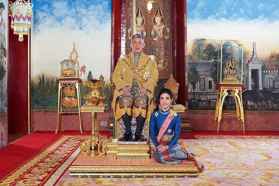 마하 와치랄롱꼰 태국 왕과 시니낫 웡와치라파크디 후궁. 사진=연합뉴스