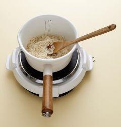3. 냄비에 참기름을 두르고 불린 찹쌀을 넣어 중간 불로 2분 정도 볶다가 물 4컵을 넣고 끓인다.