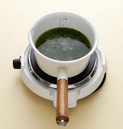 4. 찹쌀이 부드럽게 익으면 매생이를 넣고 섞은 다음 굴을 넣어 5분 정도 더 끓인다. 국간장과 소금으로 간을 한다.