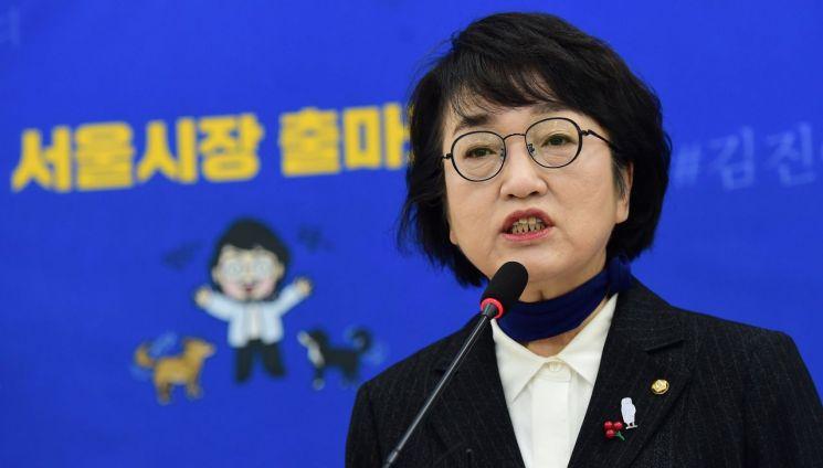 김진애 열린민주당 의원이 지난해 12월27일 국회에서 서울시장 재보궐선거 출마보고 기자회견을 하고 있다. [이미지출처=연합뉴스]