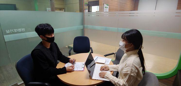 대학에서 상담업무를 맡은 김재운 씨(왼쪽).