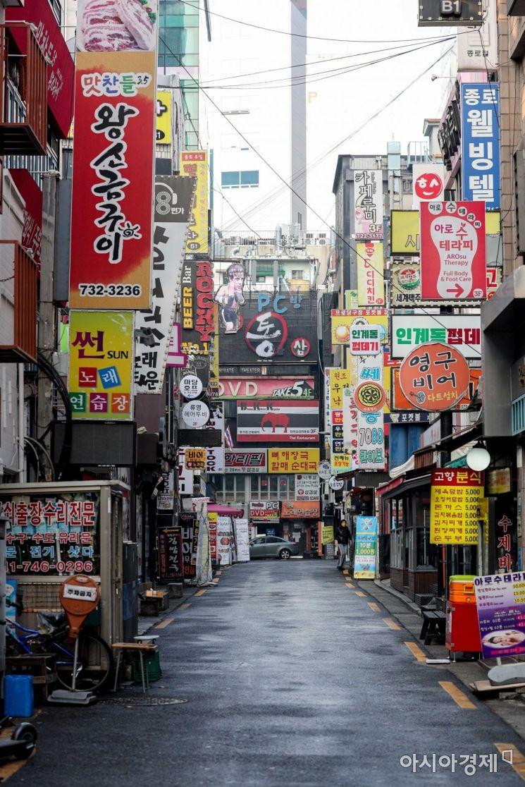 신종 코로나바이러스감염증(코로나19) 확진자 증가로 강도 높은 사회적 거리두기가 이어지며 자영업자들의 어려움이 깊어지고 있는 28일 서울 종로2가 음식점 거리가 한산한 모습을 보이고 있다./강진형 기자aymsdream@