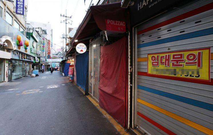 신종 코로나바이러스 감염증 여파가 지속하는 가운데 지난 15일 오전 서울 남대문시장이 한산한 모습을 보이고 있다. [이미지출처=연합뉴스]