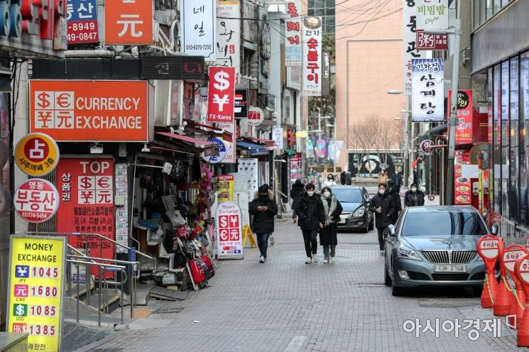 2020년 마지막 날인 31일 서울 중구 명동거리가 한산한 모습을 보이고 있다./강진형 기자aymsdream@