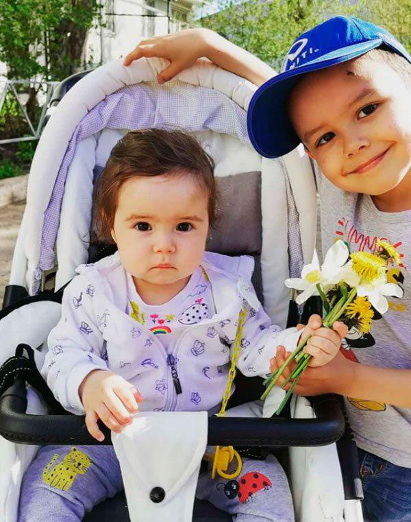 러시아의 한 차량에서 아빠와 함께 숨진 채 발견된 아야나(왼)와 아스카(오). 사진 출처 = 인스타그램 캡처