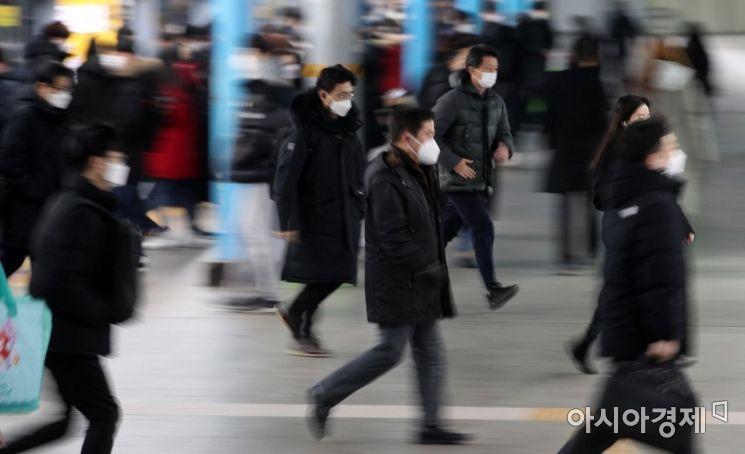 2021년 새해 첫 근무일인 4일 서울 구로구 신도림역에서 출근길 시민들이 마스크를 착용한 채 발걸음을 재촉하고 있다./김현민 기자 kimhyun81@
