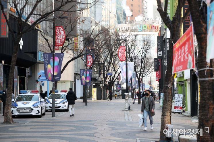 5명 이상 사적으로 모이는 것을 금지하는 조치가 전국으로 확대된 4일 점심시간 서울 중구 명동 거리가 신종 코로나바이러스 감염증(코로나19) 여파로 썰렁하다. /문호남 기자 munonam@