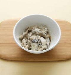 2. 밀가루, 녹말가루, 달걀흰자, 물 1을 섞어 튀김옷을 만든다.