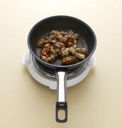 4. 팬에 분량의 소스 재료를 넣고 끓여 바글바글 끓으면 튀긴 굴을 넣고 섞어 그릇에 담는다. 녹두 당면을 부스러뜨려 얹는다. (다진 마늘 0.5, 토마토 케첩 3, 간장 1, 고추장 1, 물엿 1, 설탕 0.5, 물 1/4컵)